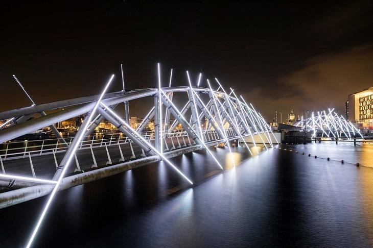 פסטיבל האור של אמסטרדם 2018: גשר באמסטרדם מכוסה במייצגי אור