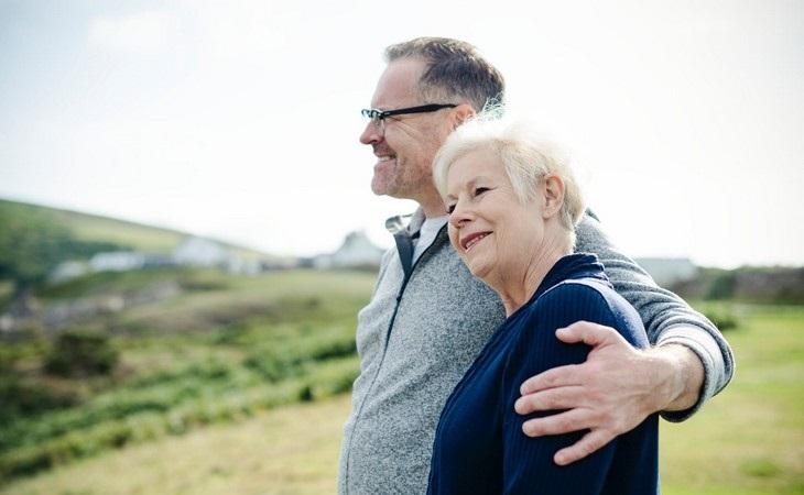 יתרונות שורש המאקה: זוג מבוגר מאושר
