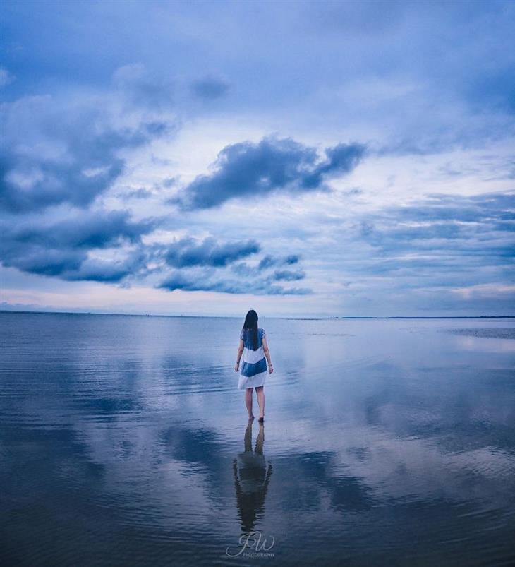 תמונות מרגיעות: אישה הולכת על שפת המים