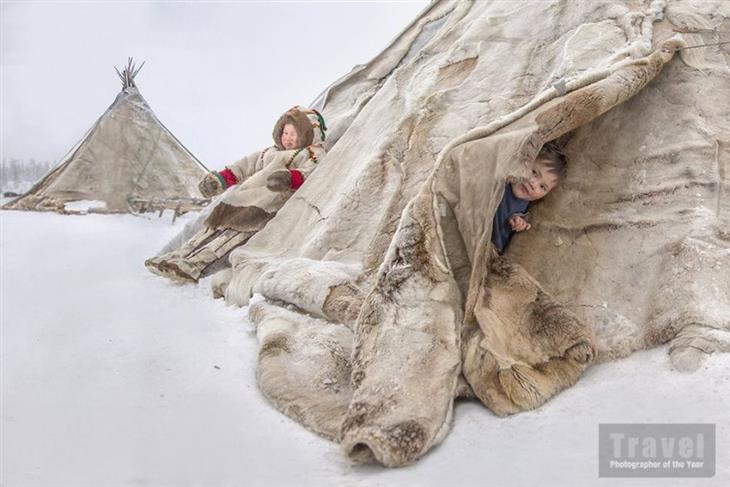 """תמונות מתחרות """"צלם הטיולים של השנה"""": ילדים בני שבט הננטים מתכסים ביריעות האוהל שלהם"""