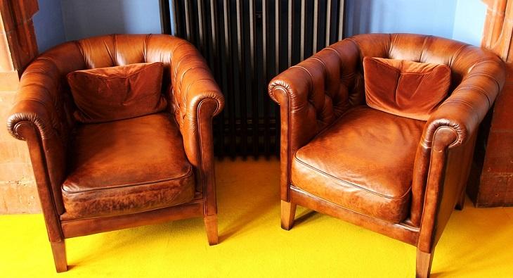 טיפים שימושיים: שתי כורסאות עור בצבע חום