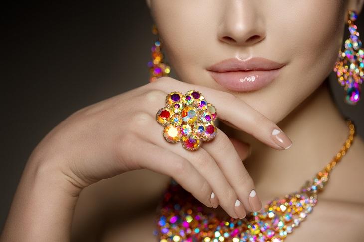 צבעים בענף האופנה והיהלומים: אישה עם תכשיטים צבעוניים