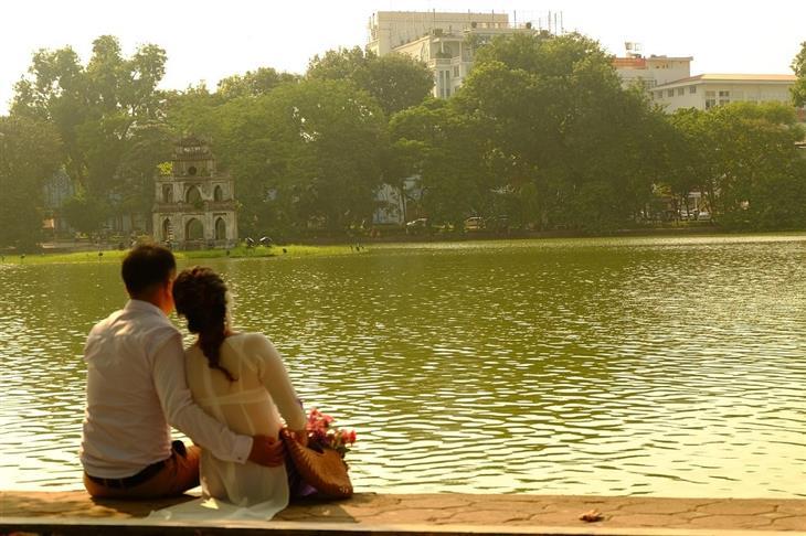 היעדים היפים ביותר בווינטאם: זוג יושב על שפת אגם הואן קיאם במרכז האנוי