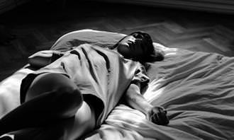 אשה ישנה על הגב