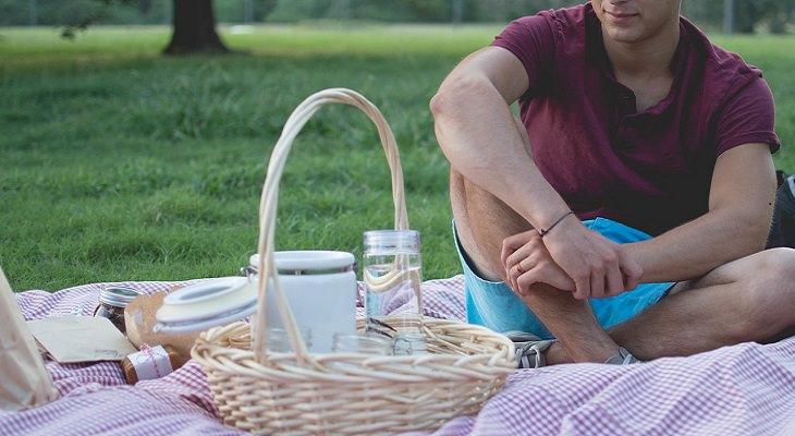 הרגלים לחוזק מנטלי: בחור עושה פיקניק בפארק