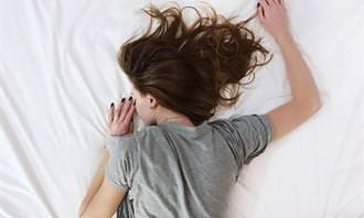 אישה ישנה על הבטן