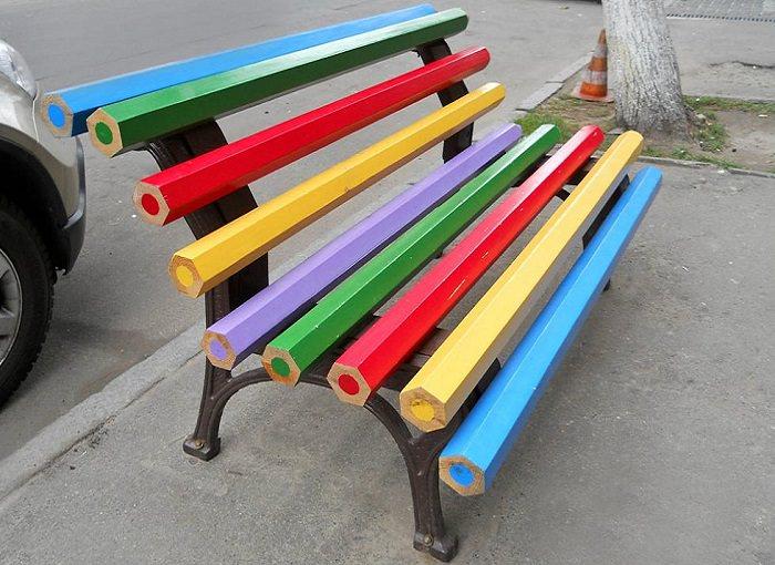 רהיטים מיוחדים: ספסל מעפרונות צבעוניים ענקיים