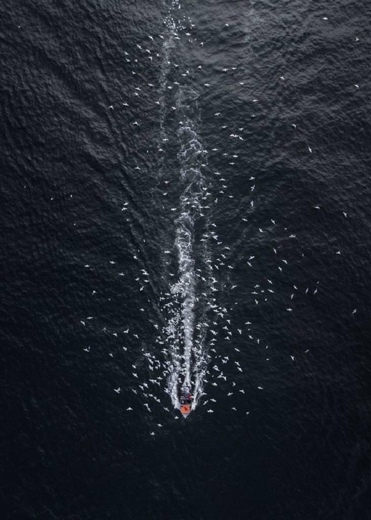 """תמונות זוכות מתחרות צילומי רחפן: """"כוכב שביט אל תוך האפלה"""", Drone Hikers"""