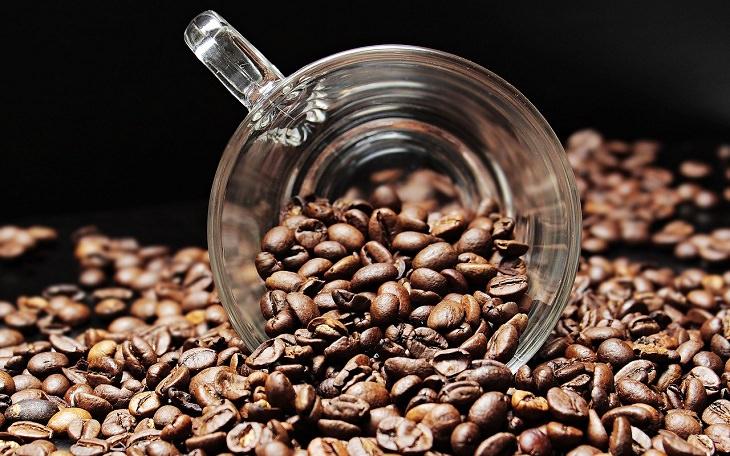 תכונות אופי שההרגלים שלנו חושפים: ספל זכוכית בתוך ערימת פולי קפה