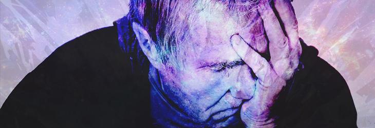 סיבות לגלי חום שלא קשורות לגיל המעבר: איש אוחז את פניו בידו