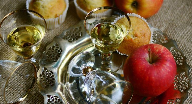 בדיחת תפוח הקסם: תפוח לצד כוס יין