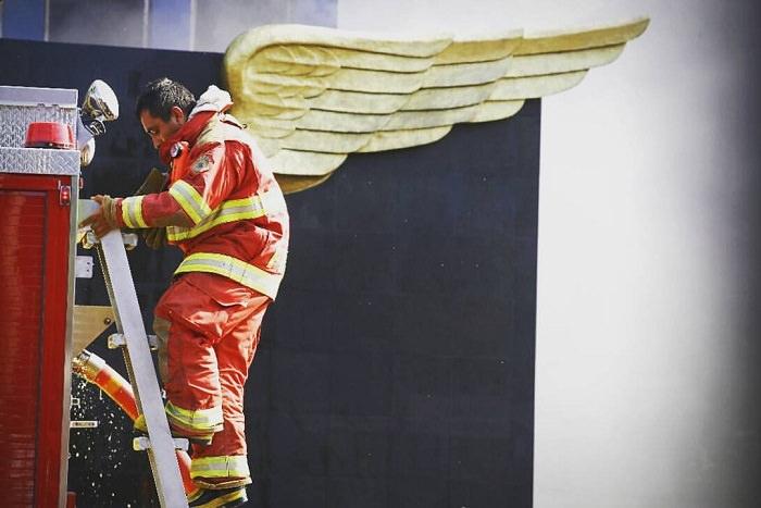 תמונות ברגע הנכון: כבאי על רקע של כנפי מלאך