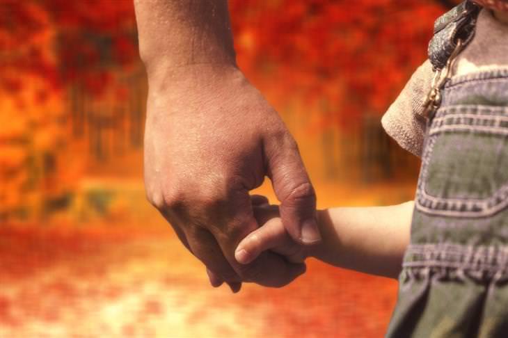 טיפים מרופאי ילדים להשגת שיתוף פעולה מהילדים: אבק מחזיק יד של ילד