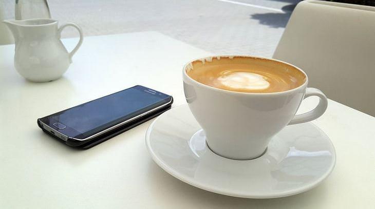 טיפים לחיים מאושרים: כוס קפה וטלפון סלולרי