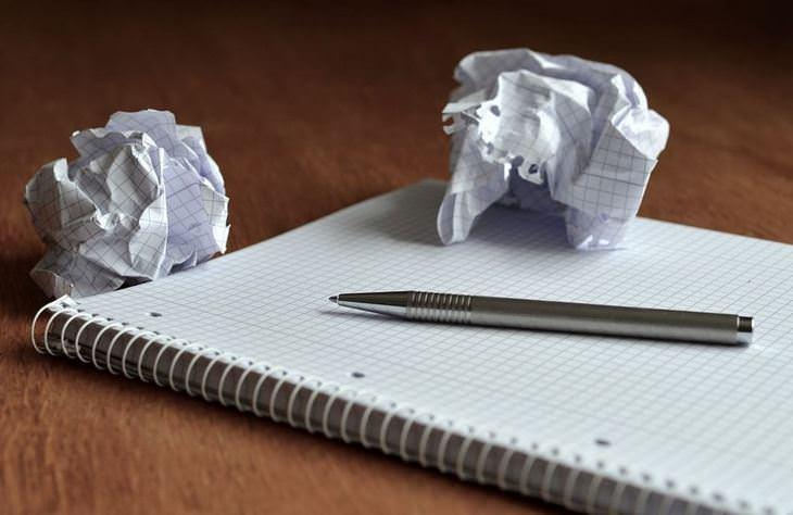 טיפים לחיים מאושרים: מחברת ועט עם שני דפים מקומטים