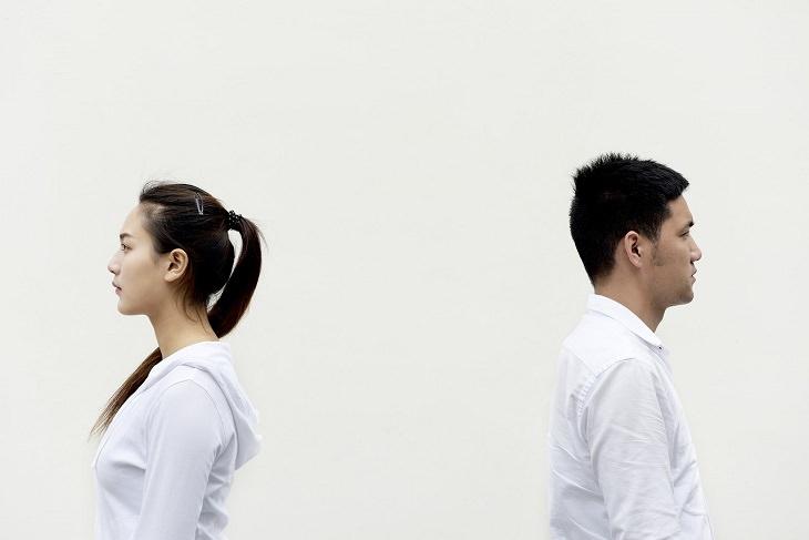 אמיתות שכל זוג חייב לדעת: זוג מסוכסך עומד גב אל גב
