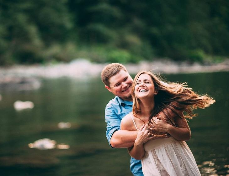 אמיתות שכל זוג חייב לדעת: גבר ואשה חבוקים ומחייכים