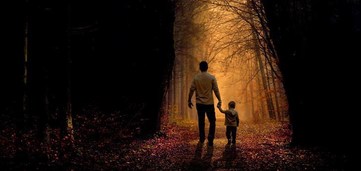 שאלות שכל הורה צריך לשאול את עצמו: אב הולך עם בנו על שביל ביער