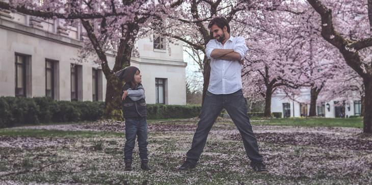 שאלות שכל הורה צריך לשאול את עצמו: אב ובן מביטים אחד בשני עם ידיים שלובות