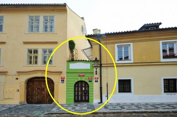 בתים מיוחדים מרחבי העולם: בית קטנטן בין 2 מבנים רגילים
