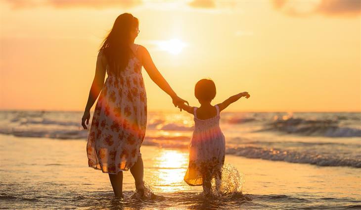 שאלות שכל הורה צריך לשאול את עצמו: אמא הולכת עם בתה יד ביד בים