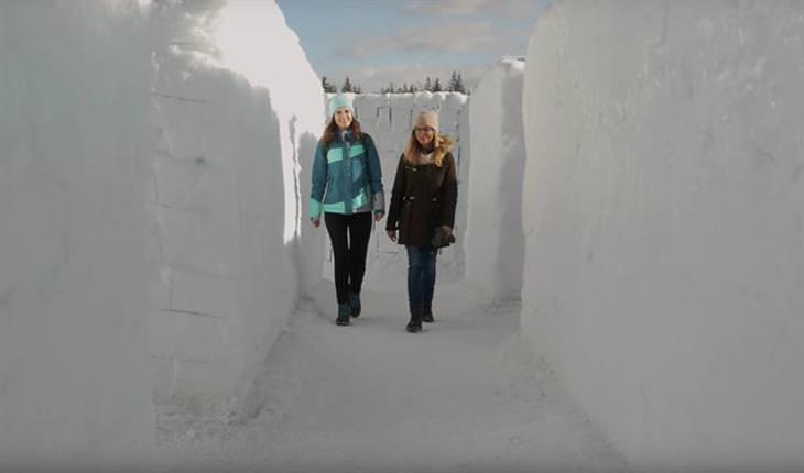מבוך שלג ענק בעולם השלג בפולין: שתי נשים הולכות בתוך מבוך שלג