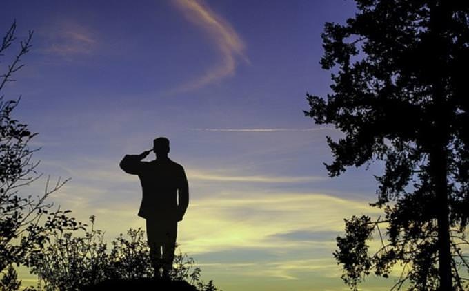 מבחן טריוויה: צללית של חייל מצדיע