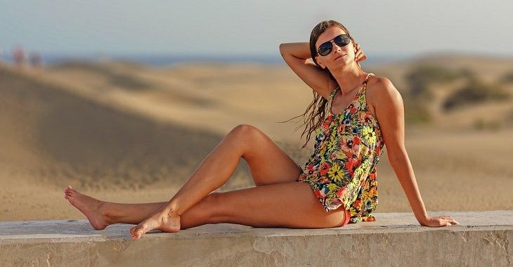 טיפול בדליות: אישה נאה בחצאית סמוך לחוף
