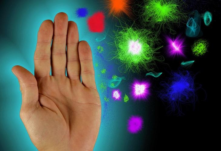 יתרונות בריאותיים של קצח: איור של יד העוצרת דימוי של חיידקים