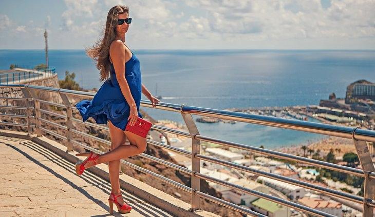 טיפול בדליות: אישה נאה על רקע נוף הים