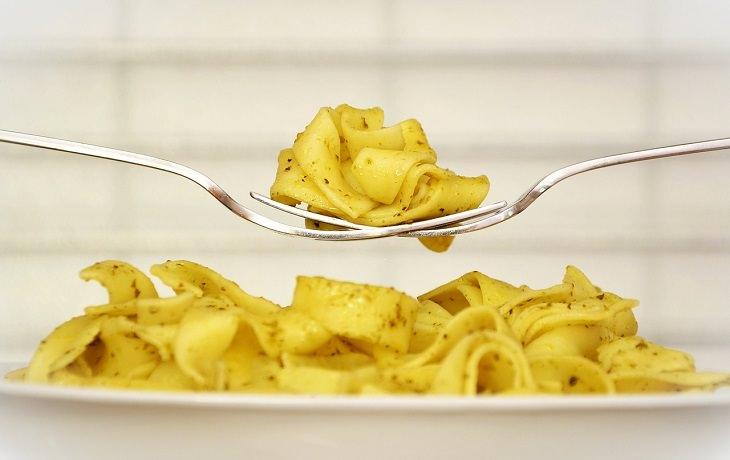 תזונאים מגלים אילו מאכלים הם אורזים לילדיהם לבית הספר: פסטה