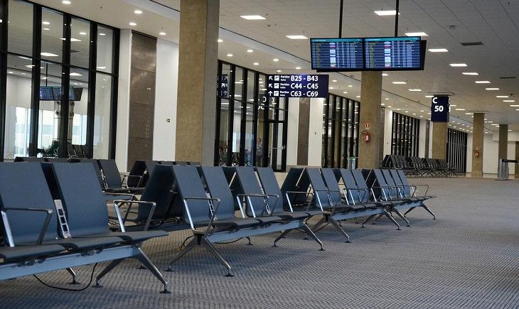 מדריך לטיסות לואו קוסט: כסאות ריקים באולם נוסעים של שדה תעופה
