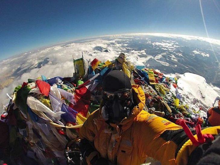 תמונות שחושפות איך דברים נראים מבפנים: אדם על פסגת האוורסט