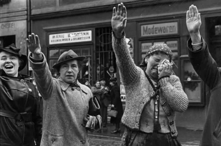 תמונות היסטוריות: שתי נשים מצדיעות במועל יד, בחבל הסודטים בצ'כוסלובקיה של שנת 1938