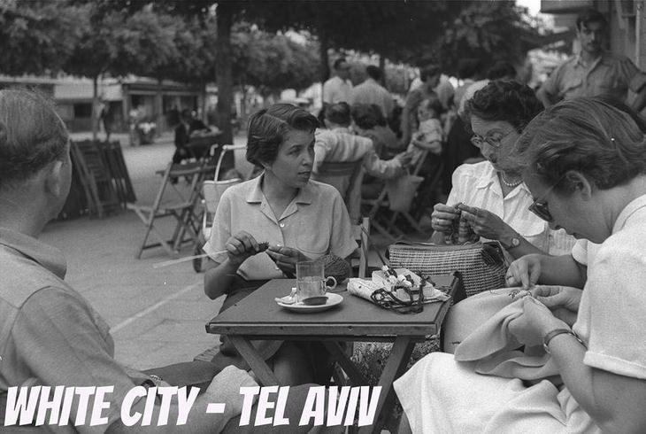 """תמונות נוסטלגיות של תל אביב: בילוי של חברות בבית הקפה """"רוול"""""""