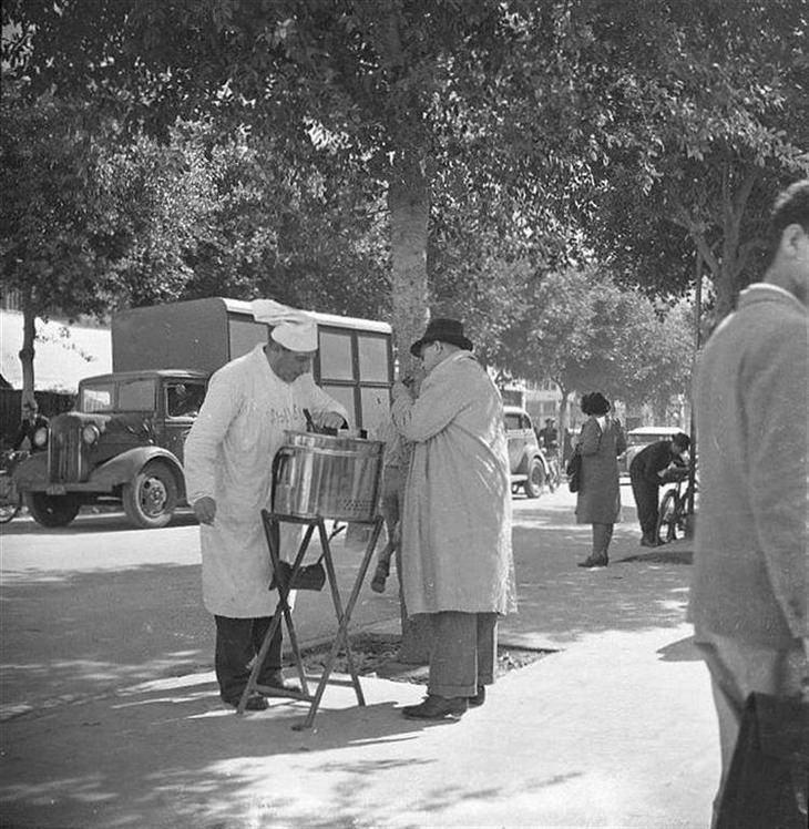 """תמונות נוסטלגיות של תל אביב: """"יקה"""" מוכר הנקניקיות המיתולוגי של רחוב אלנבי"""