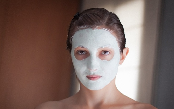 מצרכים למראה עור נהדר: אישה עם מסכת פנים