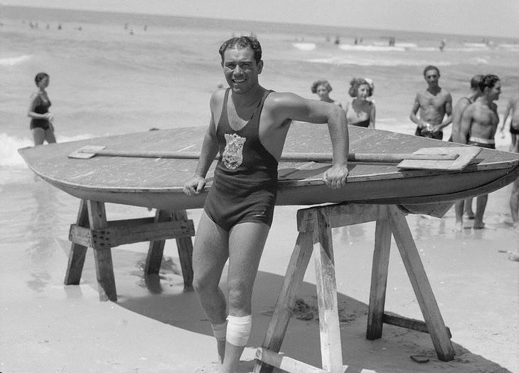 תמונות נוסטלגיות של תל אביב: אמיל, אחד המצילים המפורסמים של תל אביב, ליד החסקה