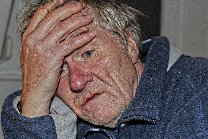כך תזהו דכאון סמוי ותטפלו בו: אדם מוזנח למראה תופס בראשו