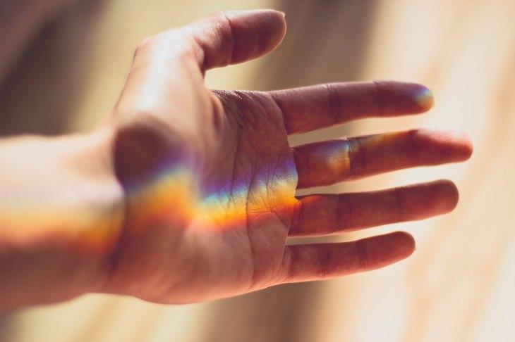 סימנים מוקדמים לדלקות מפרקים: כף יד מוארת באלומת אור