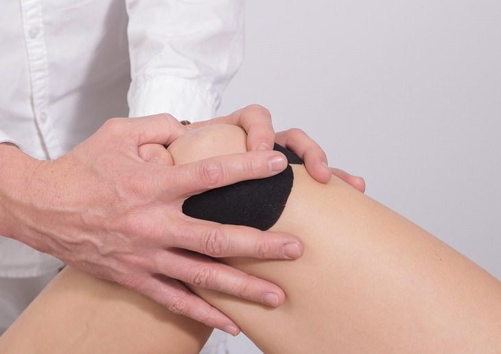 סימנים מוקדמים לדלקות מפרקים: מטפל מעשה ברכי אישה