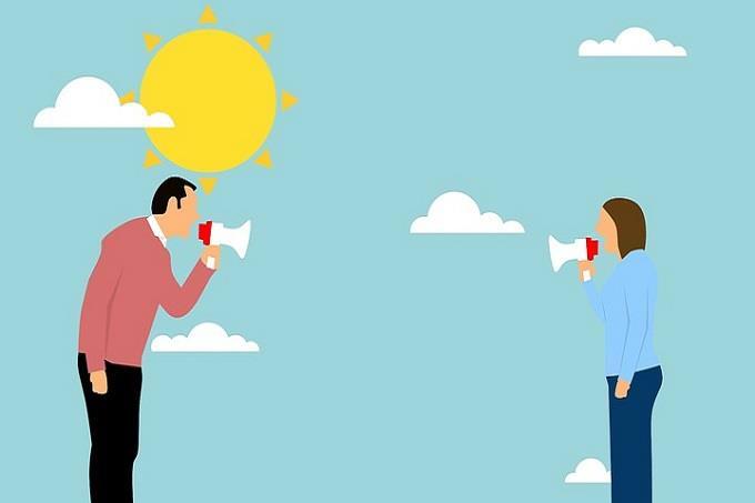 מבחן אישיות: איור של גבר ואישה אוחזים במגאפון