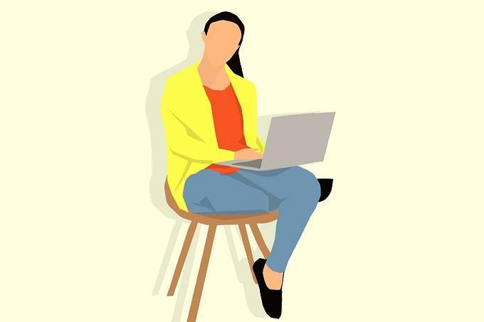 מבחן אישיות: איור של אישה עם מחשב נייד, יושבת על כיסא