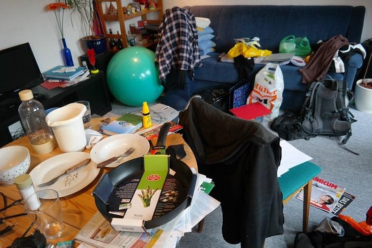טעויות נפוצות שאתם עושים בניקיון הבית: חדר מבולגן