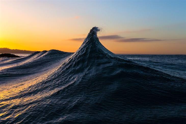 תמונות שחושפות פלאיו של העולם: גל שעולה מתוך הים