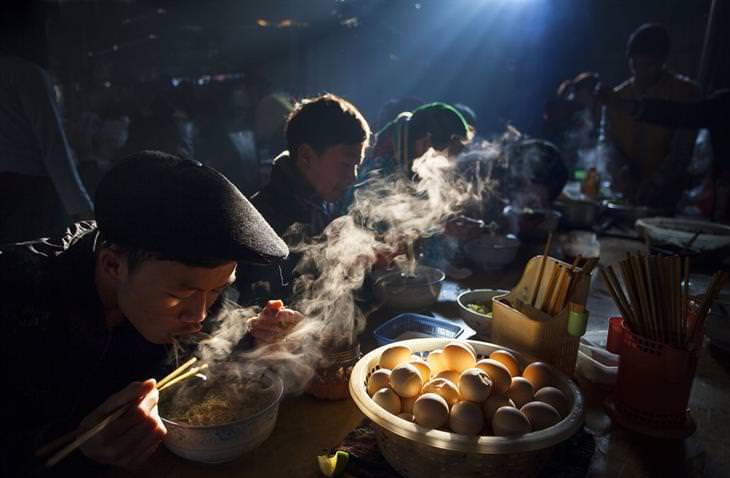 תמונות שחושפות פלאיו של העולם: אנשים אוכלים ארוחת בוקר בשוק בוויטנאם