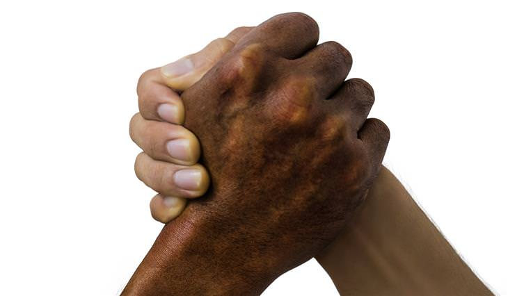 טיפים לגמילה מכסיסת ציפורניים: זוג ידיים אוחזות אחת בשנייה