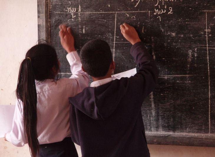 טריקים פסיכולוגיים להורים: שני תלמידים כותבים על הלוח