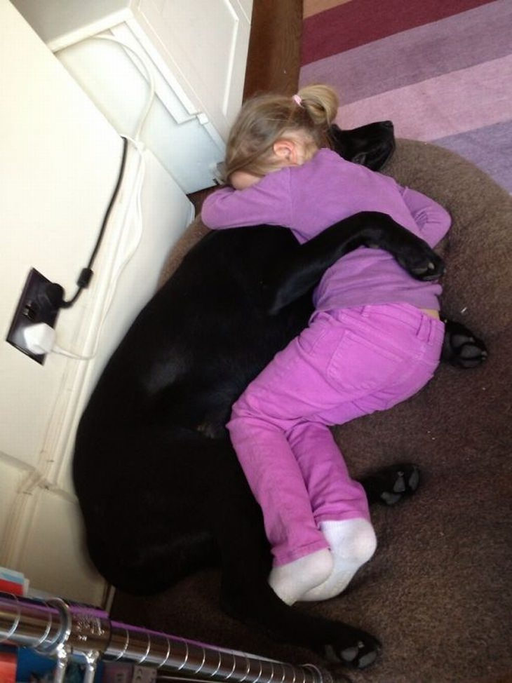 ילדים וכלבים: ילדה מחבקת כלב