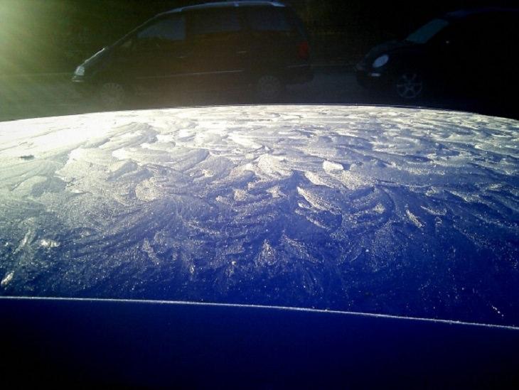 תמונות מתעתעות: חלון מטונף של רכב שנראה כמו פני הירח